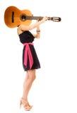 Amante de la música, muchacha del verano con la guitarra aislada Imagen de archivo libre de regalías