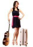 Amante de la música, muchacha del verano con la guitarra y maleta Fotos de archivo