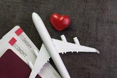 Amante di viaggio, viaggio di luna di miele o concetto del regalo del ` s del biglietto di S. Valentino, giocattolo ai Fotografie Stock Libere da Diritti