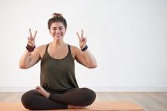 Amante di yoga che mostra Victory Gesture immagine stock libera da diritti