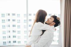 Amante dos pares que coloca no estilo de vida da felicidade da cama e na menina de sorriso imagem de stock