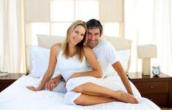 Amantes afectuosos que abraçam na cama Imagem de Stock