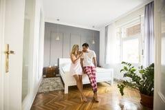 Amantes afetuosos que abraçam na cama em casa Fotos de Stock