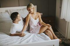 Amantes afetuosos que abraçam na cama em casa Foto de Stock