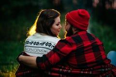 Amantes alrededor de la hoguera en la noche Foto de archivo