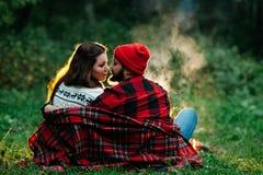 Amantes alrededor de la hoguera en la noche Imagen de archivo libre de regalías