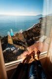 Amantes antes de uma grande janela e olhares no mar imagens de stock royalty free
