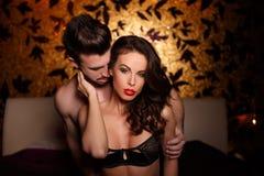 Amantes apasionados en foreplay de la cama Imagen de archivo