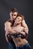 Amantes apasionados que abrazan delante de cámara Fotografía de archivo