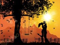 Amantes bajo puesta del sol Fotografía de archivo libre de regalías