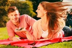 Amantes com os queques exteriores Fotografia de Stock