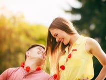 Amantes con los corazones al aire libre Foto de archivo