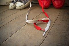 Amantes de la comunicación del amor de las sensaciones de las zapatillas de deporte Fotos de archivo libres de regalías