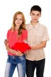 Amantes de la gente joven con un corazón Fotografía de archivo