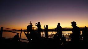 Amantes de la puesta del sol que persiguen la belleza de la puesta del sol imagen de archivo