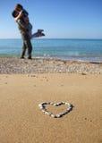 Amantes de la remolque en la playa Foto de archivo libre de regalías