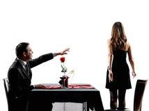 Amantes de los pares que fechan siluetas de la separación del conflicto de la cena Fotos de archivo
