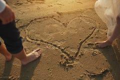 Amantes de Photoshoot em um vestido de casamento na praia perto do mar Fotos de Stock Royalty Free