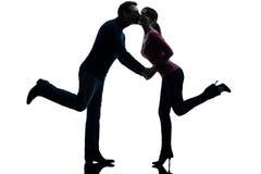 Amantes do homem da mulher dos pares que beijam a silhueta Imagem de Stock
