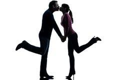 Amantes do homem da mulher dos pares que beijam a silhueta Fotografia de Stock Royalty Free