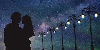 Amantes e postes de luz do vintage na noite Fotos de Stock