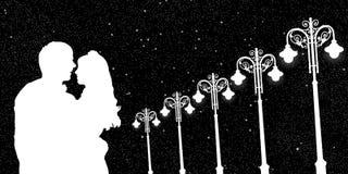 Amantes e postes de luz do vintage na noite Foto de Stock