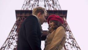 Amantes embaraçado que beijam a primeira vez, data romântica em Paris, relacionamento filme