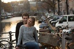 Amantes en Amsterdam en la puesta del sol imágenes de archivo libres de regalías