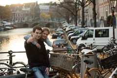 Amantes en Amsterdam en la puesta del sol imagenes de archivo