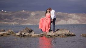 Amantes en el fondo del paisaje asombroso almacen de metraje de vídeo