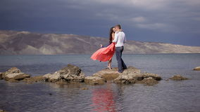 Amantes en el fondo del paisaje asombroso metrajes