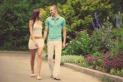Amantes en el parque una fecha Fotografía de archivo