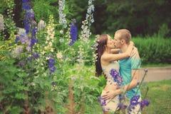 Amantes en el parque una fecha Fotos de archivo