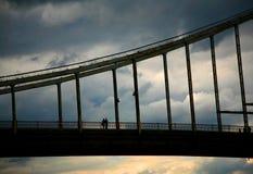 Amantes en el puente Imagen de archivo libre de regalías
