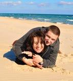 Amantes en la arena Fotografía de archivo libre de regalías
