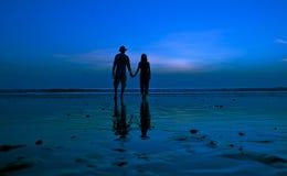 Amantes en la playa Foto de archivo libre de regalías