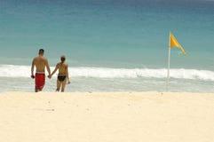 Amantes en la playa imágenes de archivo libres de regalías