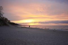 Amantes en la puesta del sol Foto de archivo libre de regalías