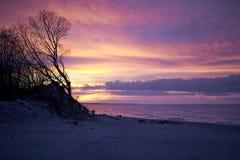Amantes en la puesta del sol de la costa Fotos de archivo libres de regalías