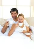Amantes entusiásticos que bebem o café Imagem de Stock