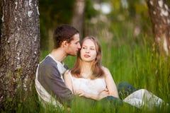 Amantes felices que abrazan en la arboleda del abedul imagen de archivo