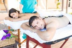 Amantes felizes que apreciam o tratamento corretivo nas férias imagens de stock