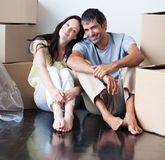 Amantes felizes que movem a casa fotografia de stock royalty free