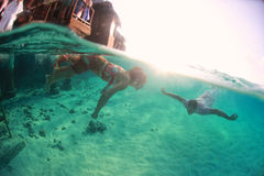 Amantes homem e da senhora e do indivíduo subaquáticos bonitos da mulher que amam os pares bonitos Imagens de Stock Royalty Free