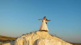 Amantes homem e pairo da mulher contra o céu azul e o sorriso honeymoon romance Relacionamento entre o homem e a mulher filme
