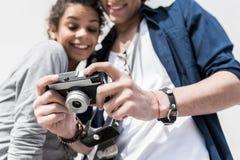 Amantes jovenes agradables que disfrutan de sus imágenes Imágenes de archivo libres de regalías