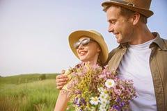 Amantes jovenes alegres que fechan en prado Fotografía de archivo libre de regalías