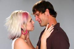 Amantes jovenes alrededor a besarse Fotos de archivo libres de regalías