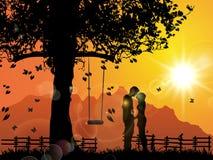 Amantes jovenes bajo puesta del sol, besándose Imagen de archivo