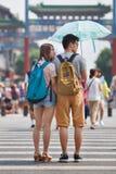 Amantes jovenes con un parasol, Pekín, China Imagen de archivo libre de regalías
